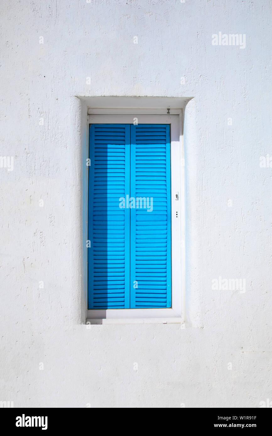 Old style égéen traditionnel maison blanche et le mur, ses rues colorées et grecque dans la fenêtre bleue de la ville de Bodrum en Turquie. Architecture traditionnelle de couleur blanche Banque D'Images