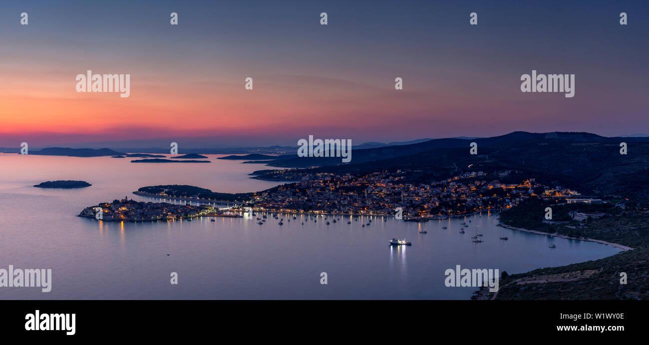 Panorama de crépuscule sur Primosten sur la côte de la Croatie Banque D'Images