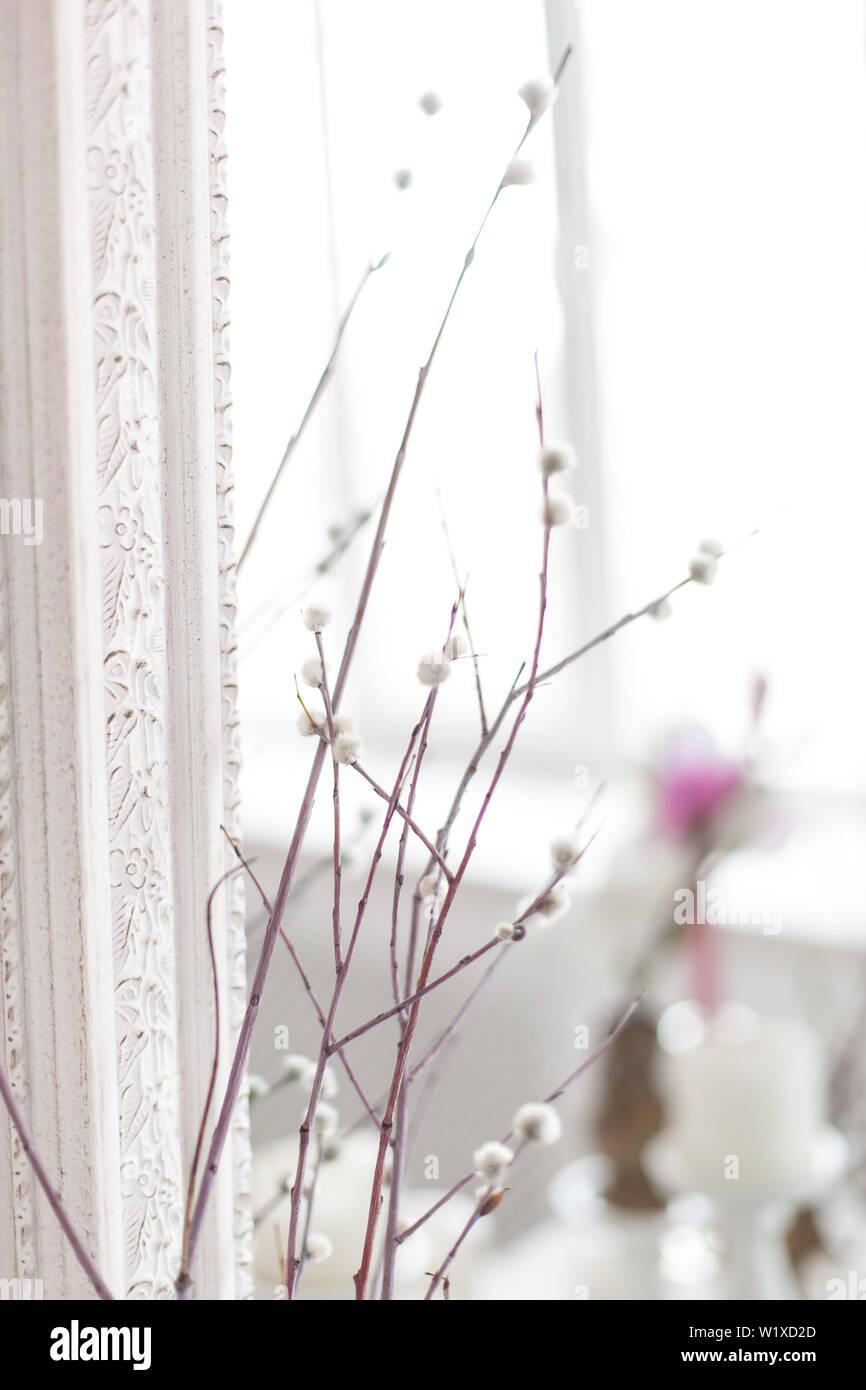 Vintage intérieur avec miroir antique et une table avec un vase et des saules. Soft focus. Banque D'Images