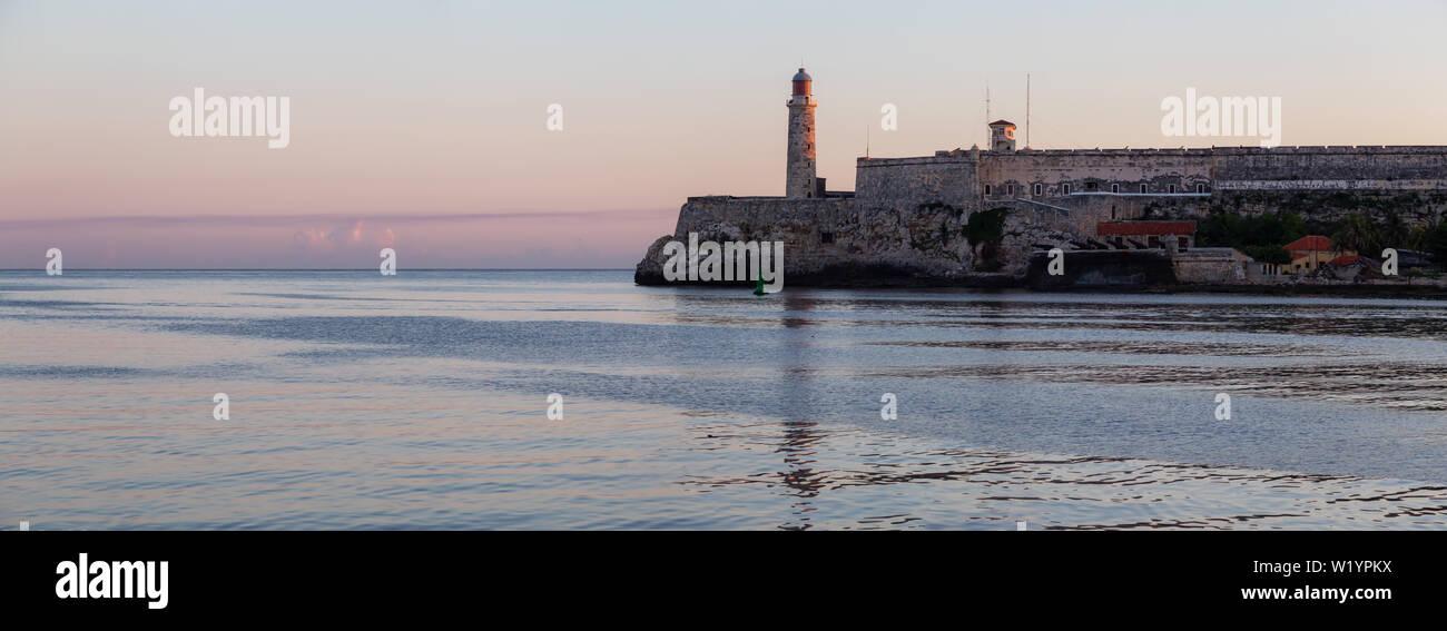 Vue panoramique sur le phare de la vieille ville de La Havane, capitale de Cuba, au cours d'un lever de soleil et de couleurs. Banque D'Images