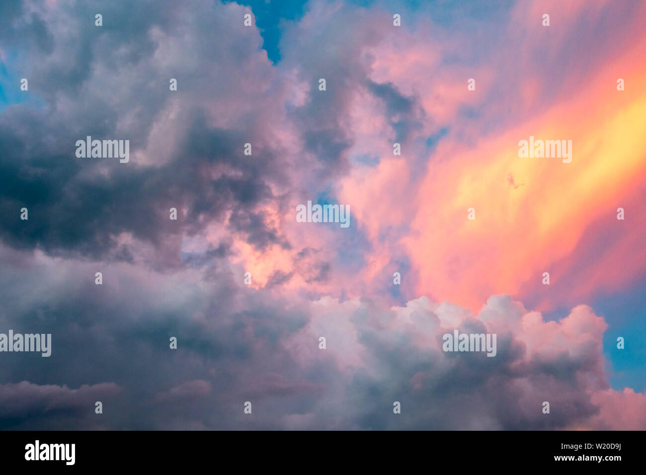 Lumière brillante montrent que les nuages se dissiper à la suite d'un orage en fin d'après-midi à Cocoa Beach, Floride (USA). Photo Stock