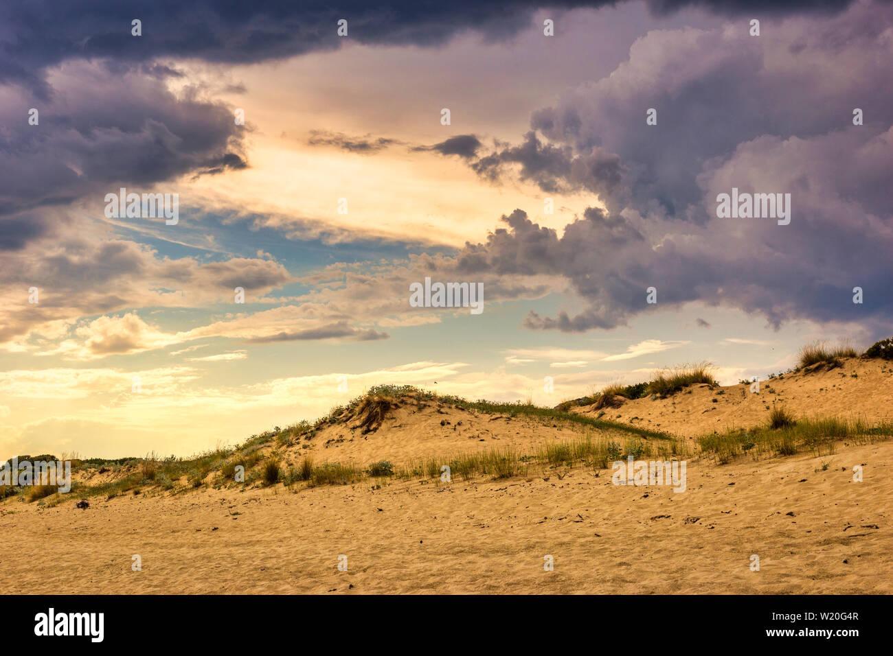 Cloudscape spectaculaire tempête avant sur la plage. Arrière-plan de la nature majestueuse. Banque D'Images