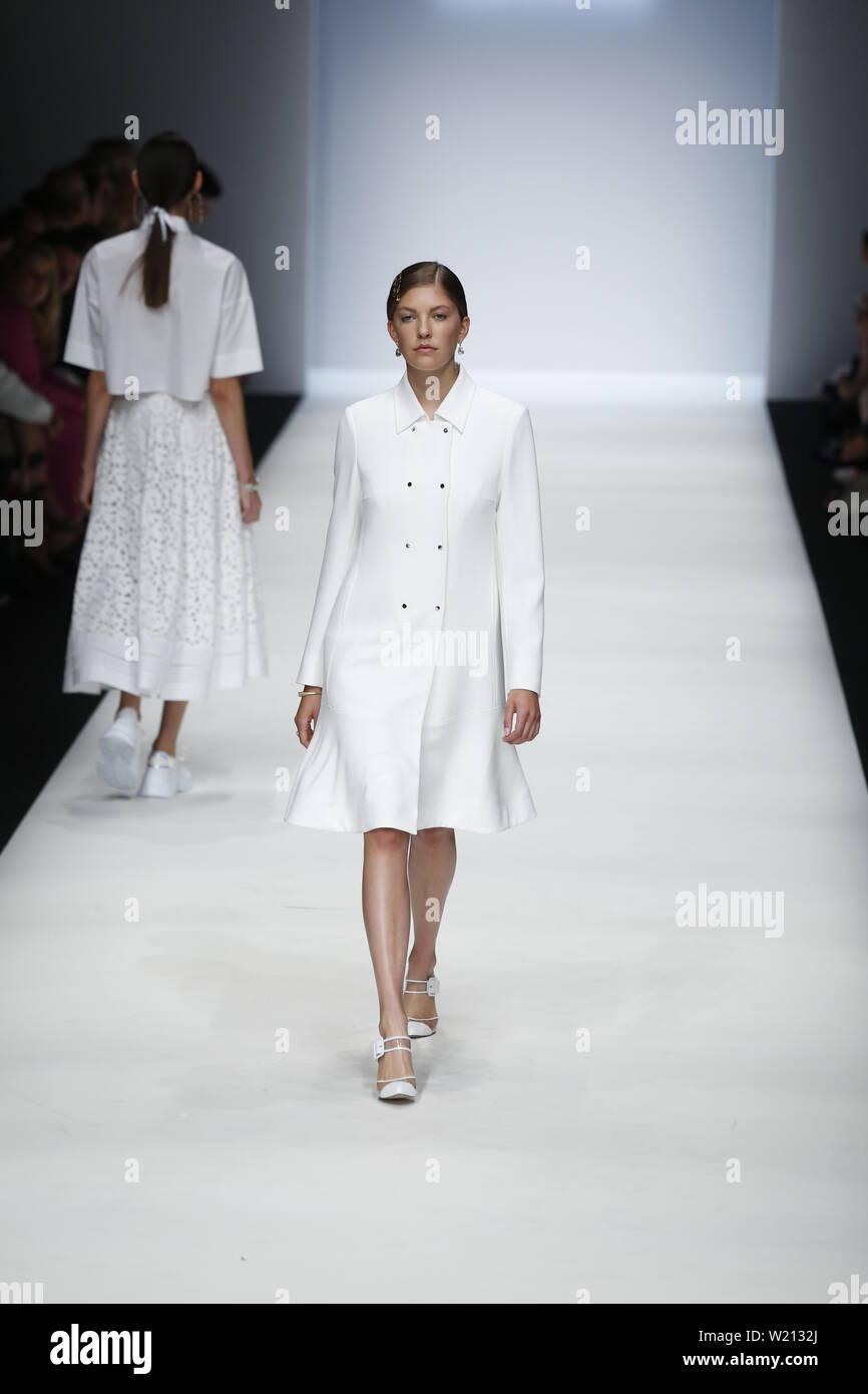 Berlin, Allemagne. 06Th Juillet, 2019. La photo montre modèles sur la mode avec la collection printemps/été 2020 de la Designer RIANI chez Mercedes-Benz Fashion Week. Credit: Simone Kuhlmey/Pacific Press/Alamy Live News Banque D'Images