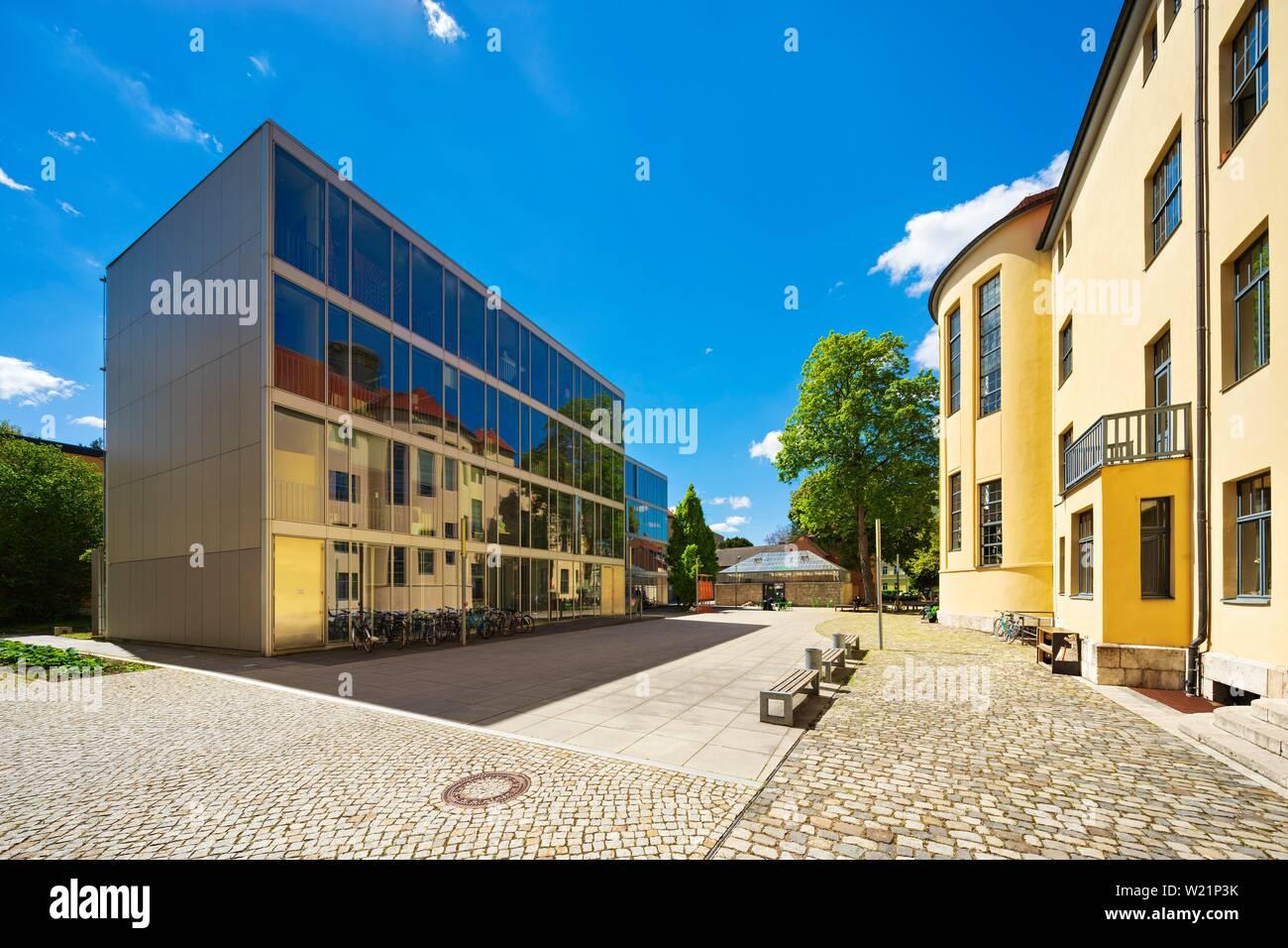 Bauhaus-Universitat Weimar, le bâtiment principal historique se reflète dans le verre, l'UNESCO World Heritage Site, Weimar, Thuringe, Allemagne Banque D'Images