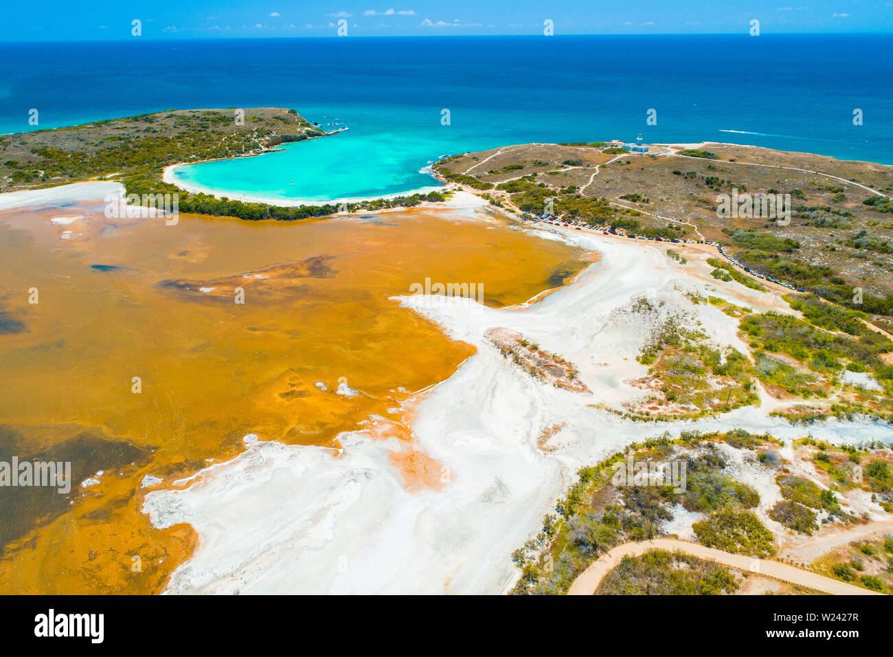 Vue aérienne de Puerto Rico. Faro Los Morrillos de Cabo Rojo. Playa Sucia beach et lacs de sel à Punta Jaguey. Banque D'Images
