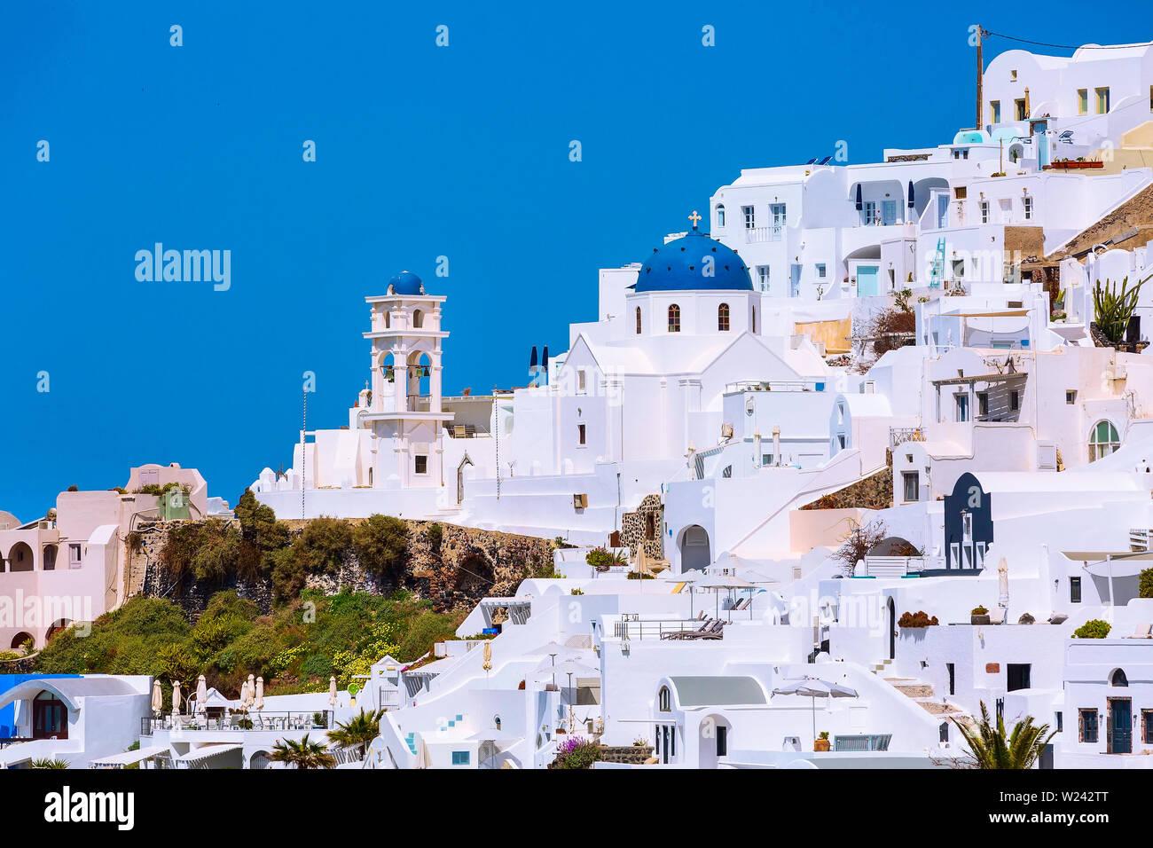 L'île de Santorin, Grèce, maisons blanches village vue panoramique avec blue dome et clocher de l'église Banque D'Images