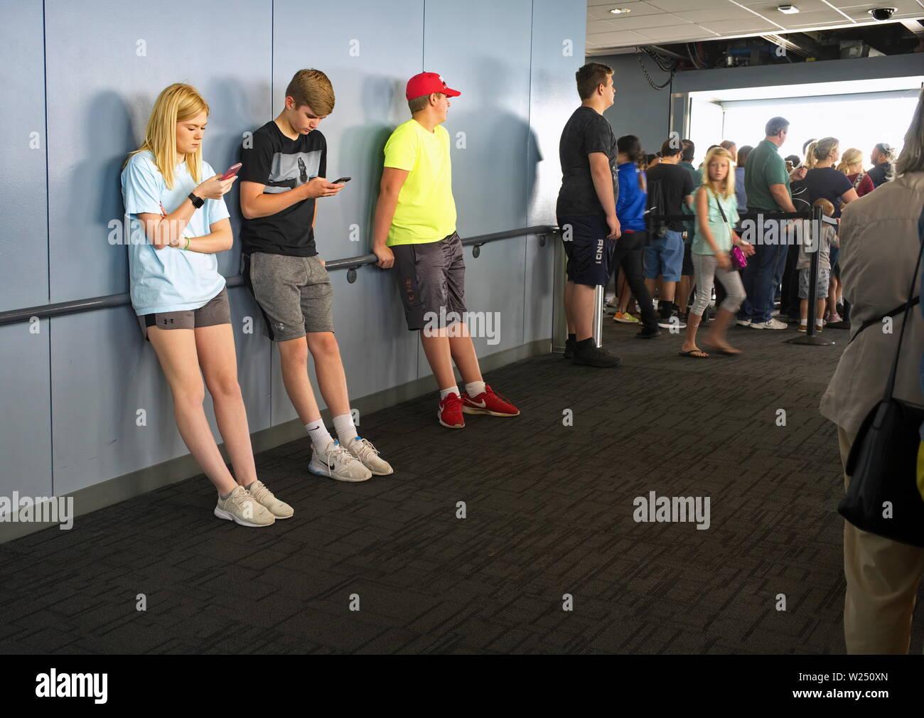 La Willis Tower, Chicago, IL USA. Aug 2018. En général, les adolescents collés sur leur cellulaire en attendant de se rendre à l'Skydeck. Banque D'Images