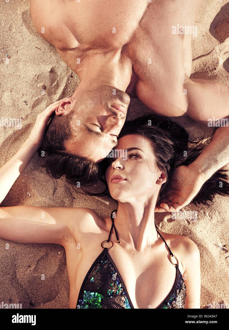 Beau couple de détente sur une île tropicale, chaude Banque D'Images