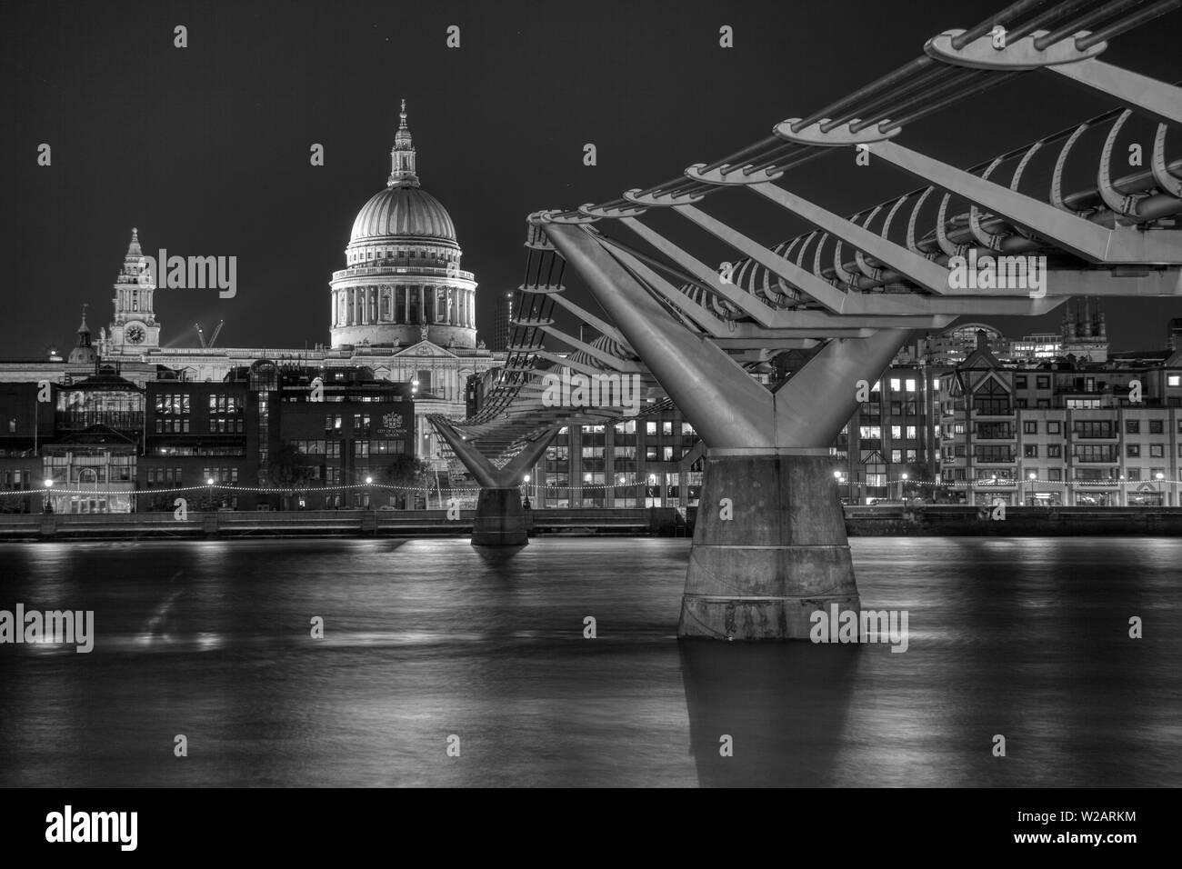 Le Millennium Bridge à la Cathédrale St Paul, la nuit, une longue exposition. Banque D'Images