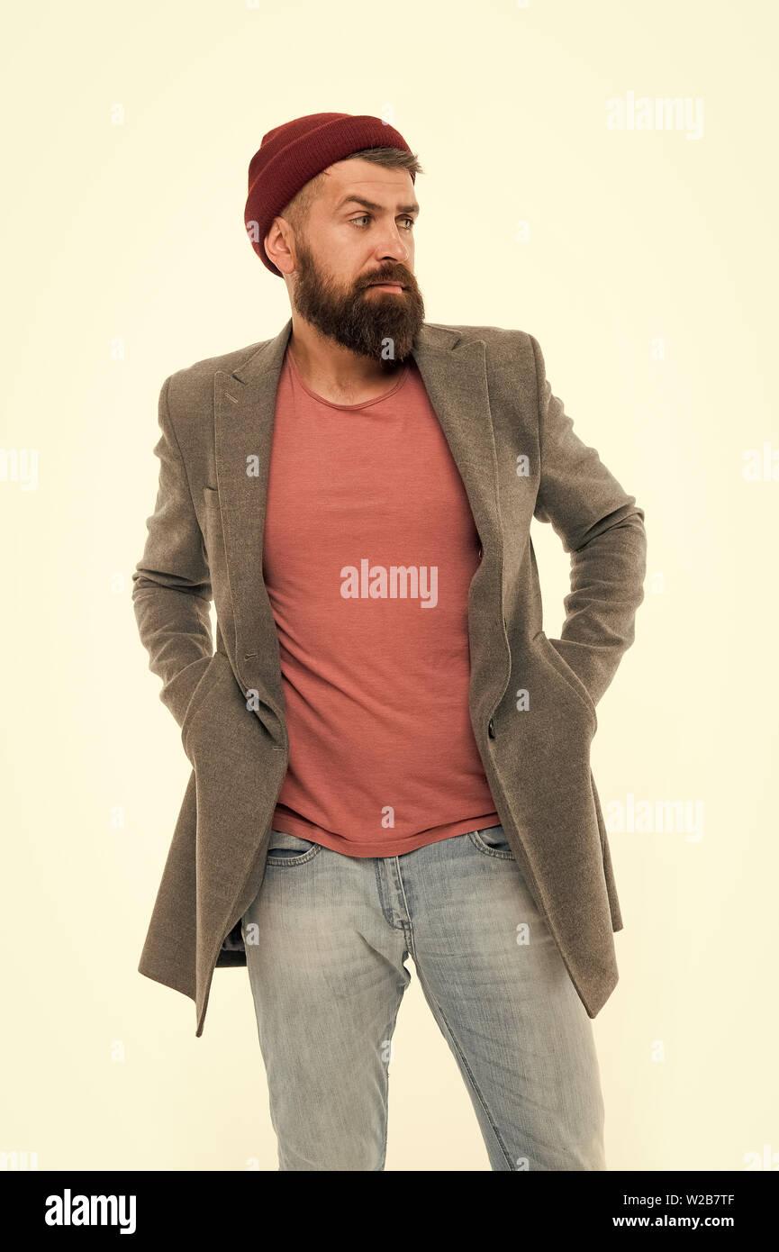 L'homme élégant manteau à la mode hipster barbu et hat. Tenue élégante hat accessoire lumineux. Mode tendance tenue. Tenue décontractée élégante pour l'automne et printemps. Assistant-gérant et homme fashion concept. Photo Stock