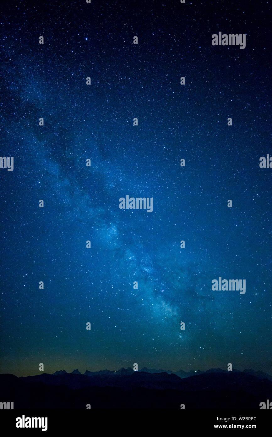 Voie Lactée sur les Alpes, Suisse Photo Stock