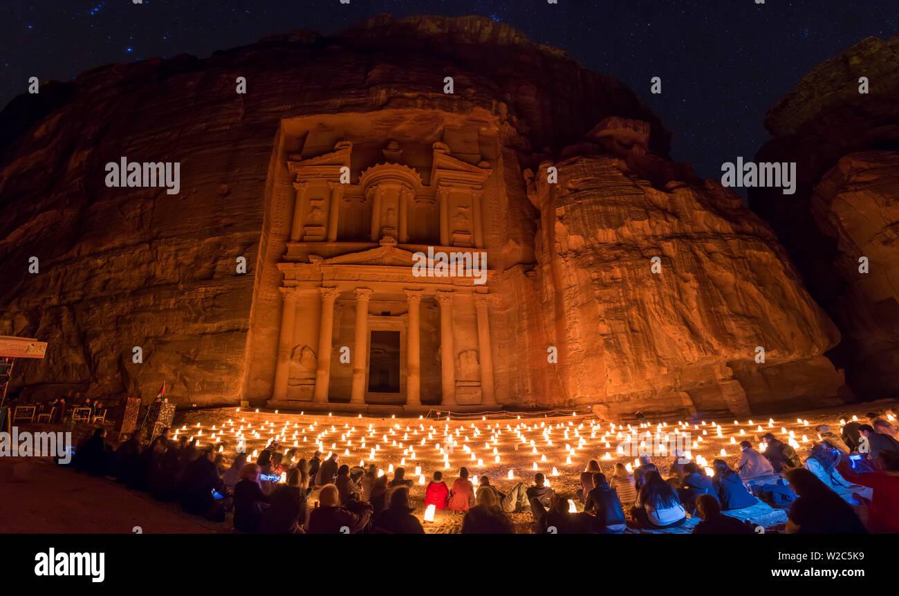 Le Conseil du Trésor, (El khazneh), dans la nuit éclairée par des bougies, Petra, Jordanie Banque D'Images