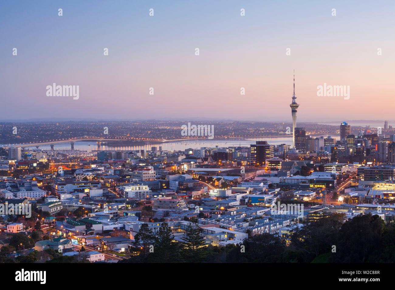 Sur les toits de la ville illuminée à l'aube, Auckland, île du Nord, Nouvelle-Zélande, Australie Photo Stock