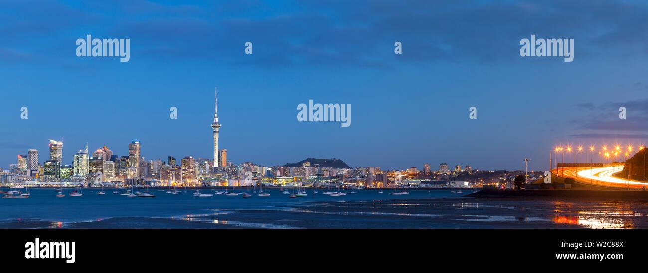 Sur les toits de la ville et le port de Waitemata allumé au crépuscule, Auckland, Nouvelle-Zélande, Australie Photo Stock