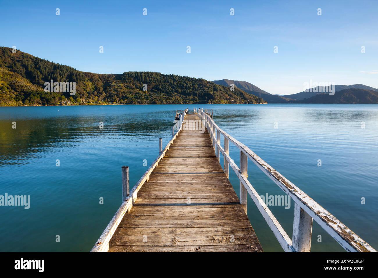 Quai pittoresque dans l'idyllique Kenepuru Sound, Marlborough Sounds, île du Sud, Nouvelle-Zélande Banque D'Images