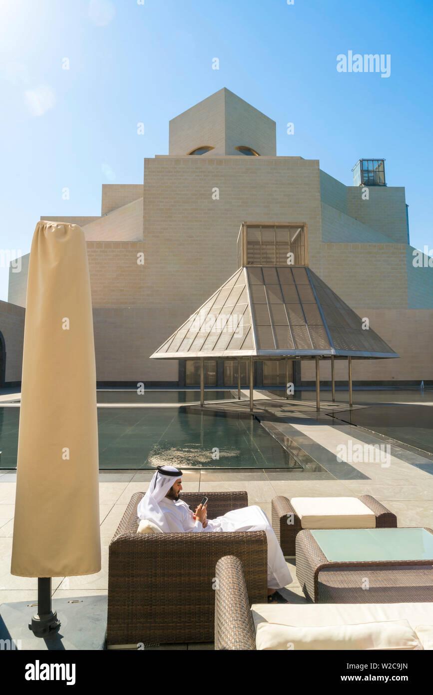 L'homme arabe sur téléphone mobile, Musée d'Art Islamique, Doha, Qatar Banque D'Images