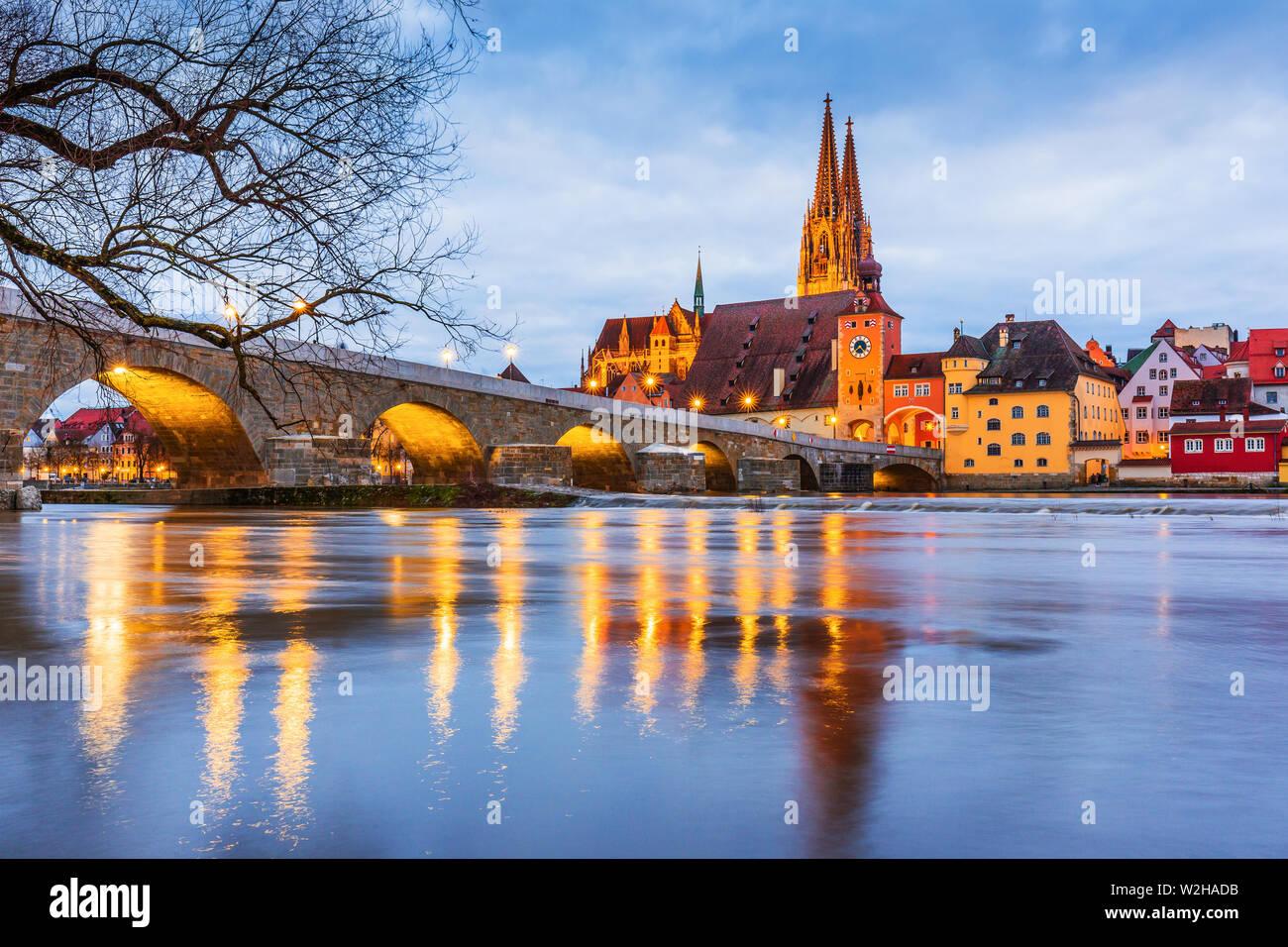 Regensburg, Allemagne. Vue du Danube sur la cathédrale de Regensburg et pont de pierre. Banque D'Images