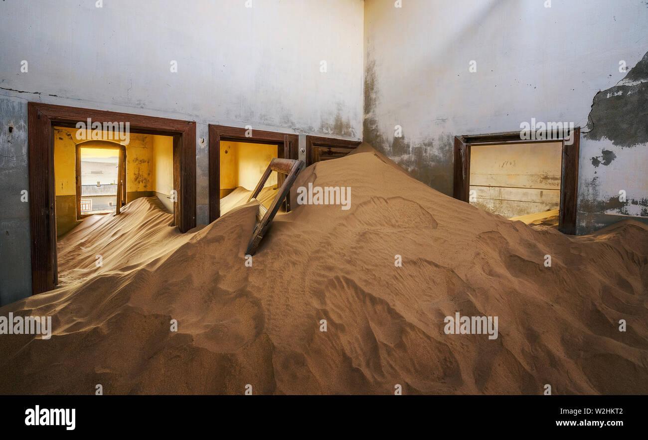 Ruines d'une maison remplie de sable dans la ville minière Kolmanskop, Namibie Banque D'Images