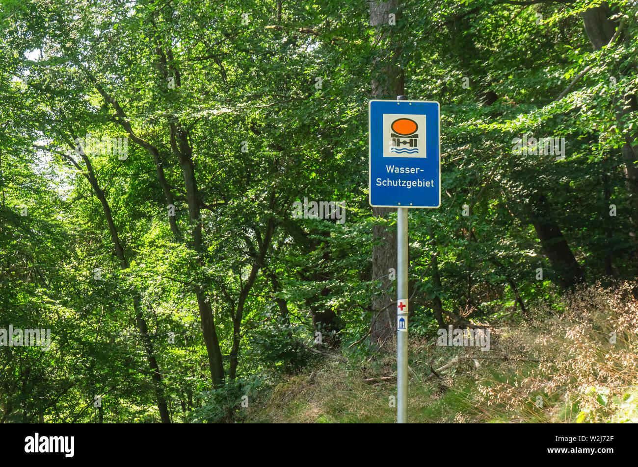 Un signal d'information d'une zone de protection de l'eau dans le Taunus, Allemagne près de Bad Homburg. Banque D'Images