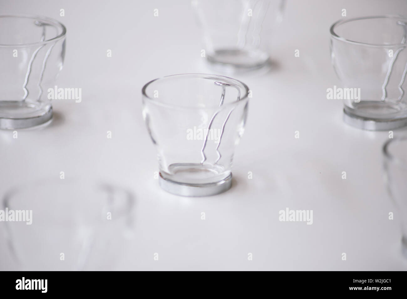 Close Up Cappuccino tasse à café en verre avec poignée en métal sur le tableau blanc. copy space Photo Stock
