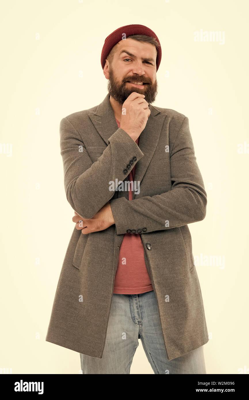 Assistant-gérant et homme fashion concept. L'homme élégant manteau à la mode hipster barbu et hat. Tenue élégante hat accessoire lumineux. Mode tendance tenue. Tenue décontractée élégante pour l'automne et printemps. Photo Stock