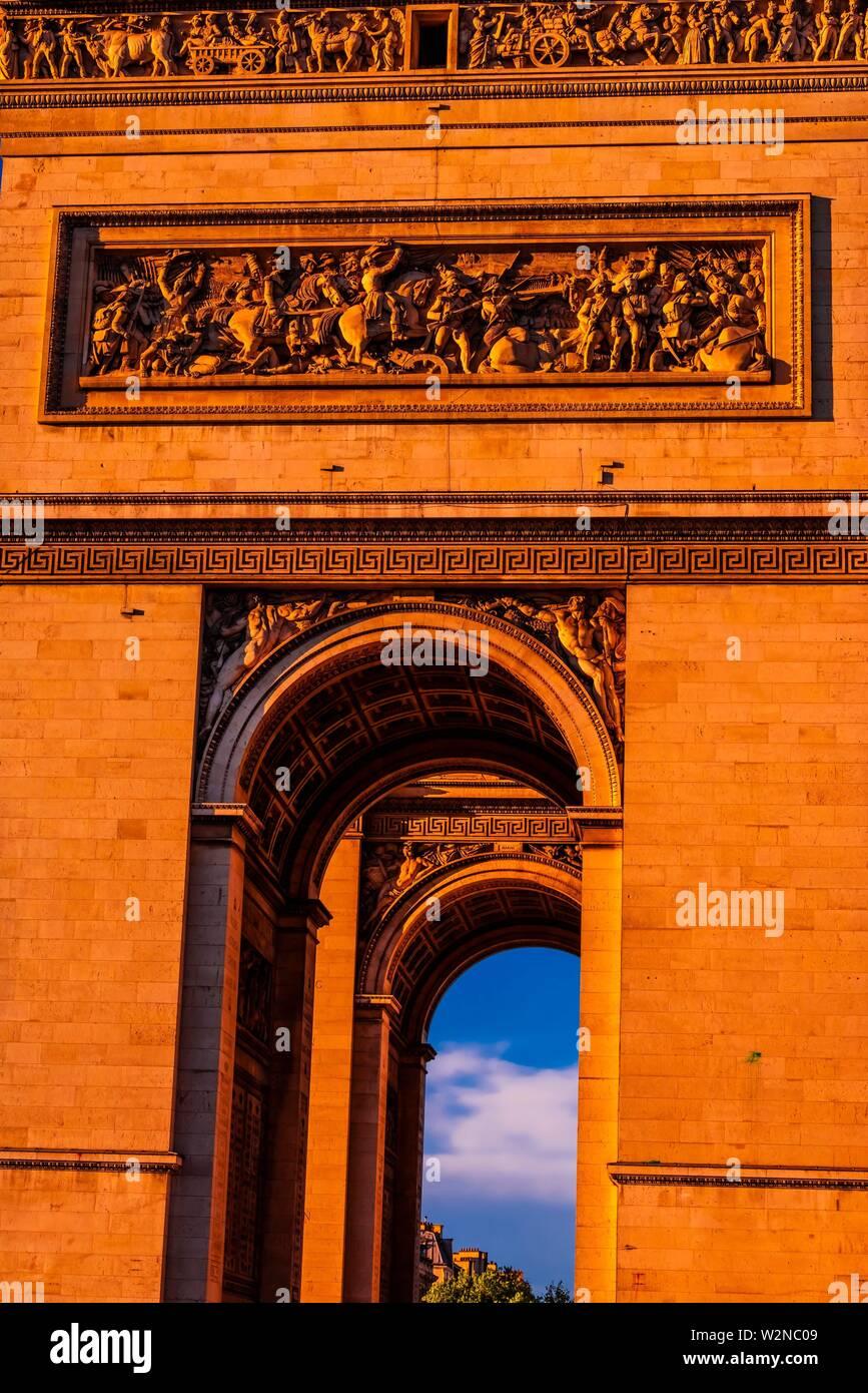 Des détails architecturaux de l'Arc de Triomphe (l'Arc de Triomphe de l'étoile) est l'un des plus célèbres monuments de Paris, France, debout à la Photo Stock