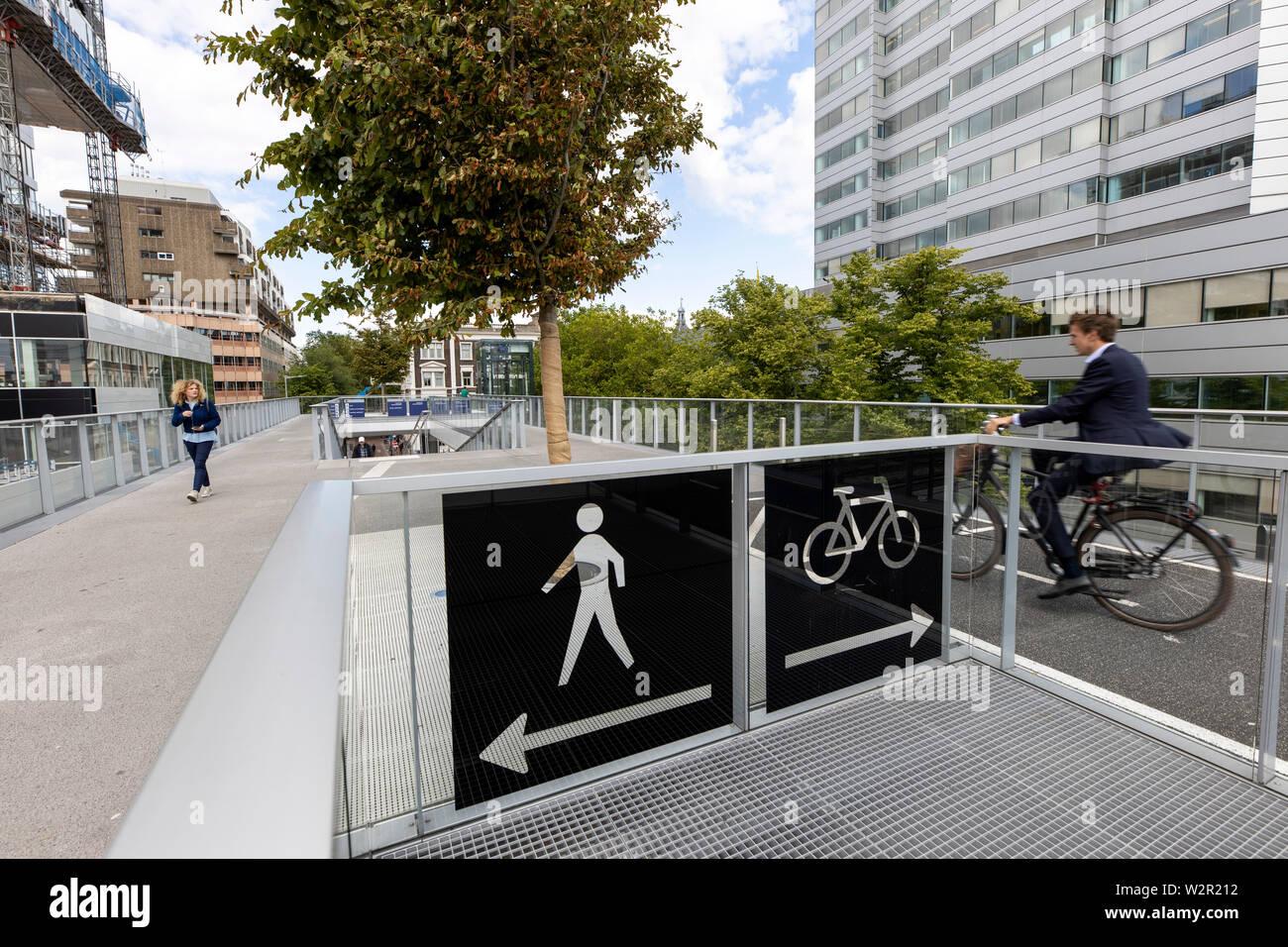 Utrecht, Pays-Bas, l'Moreelsebrug, piétons et cyclistes pont sur les traces de l'Utrecht Centraal, gare centrale, Banque D'Images