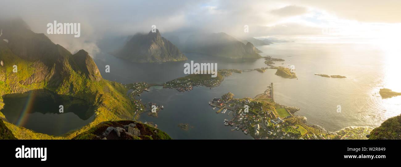 Vue de dessus du village de Reine dans les îles Lofoten. Photo Stock