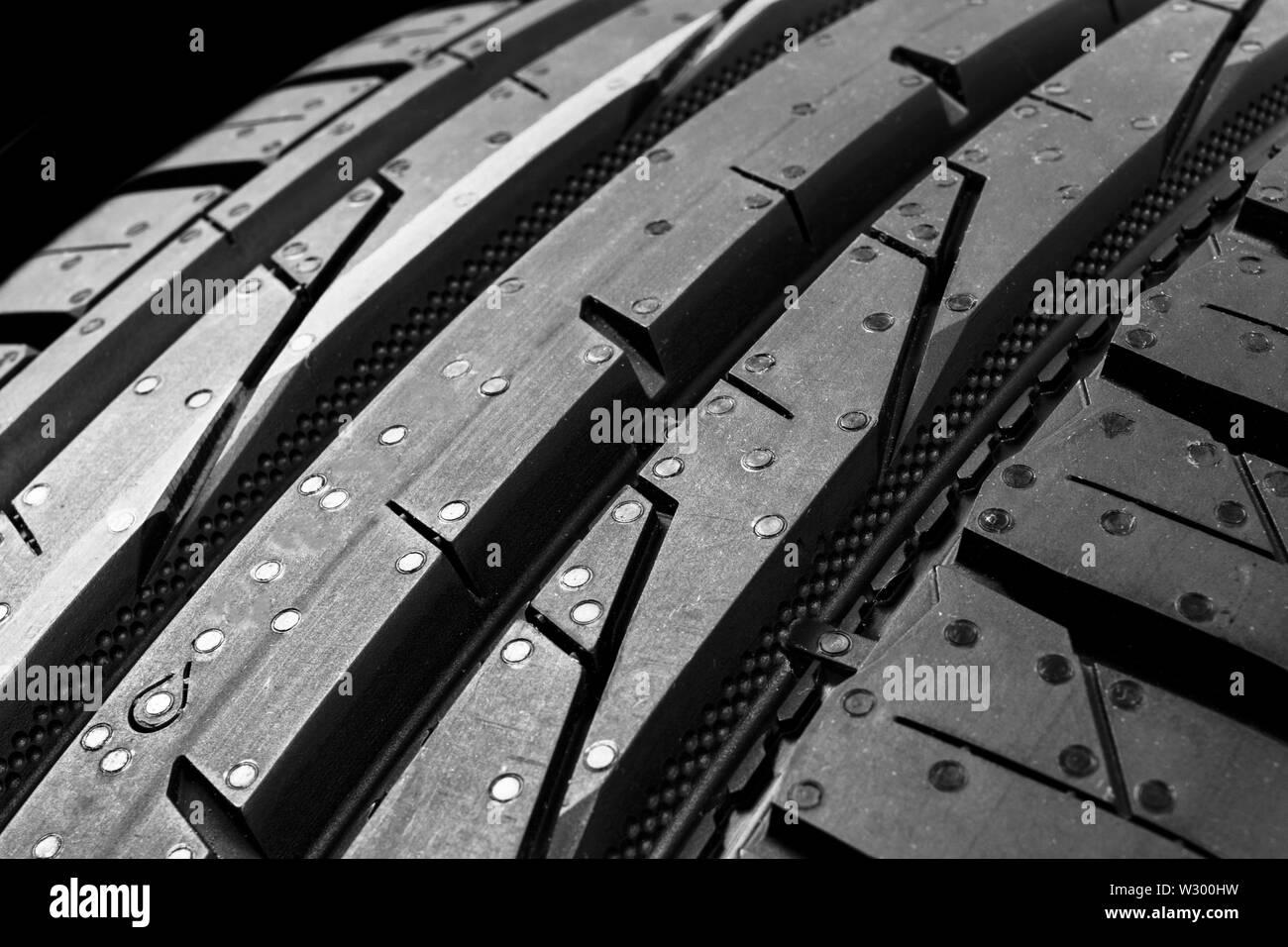 Portrait d'un ensemble de pneus d'été sur fond noir. Pile de pneus arrière-plan. Pneu de voiture protector close up. Pneu en caoutchouc noir. Tout nouveau tir voiture Banque D'Images