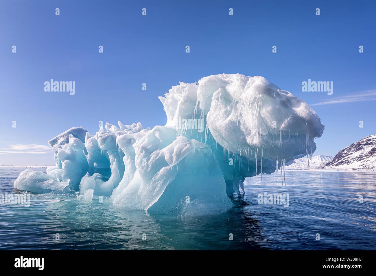Blue Ice iceberg, formé quand un glacier veaux, flottant dans les eaux de l'arctique de Svalbard, un archipel norvégien entre la partie continentale de la Norvège et de la Ni Banque D'Images