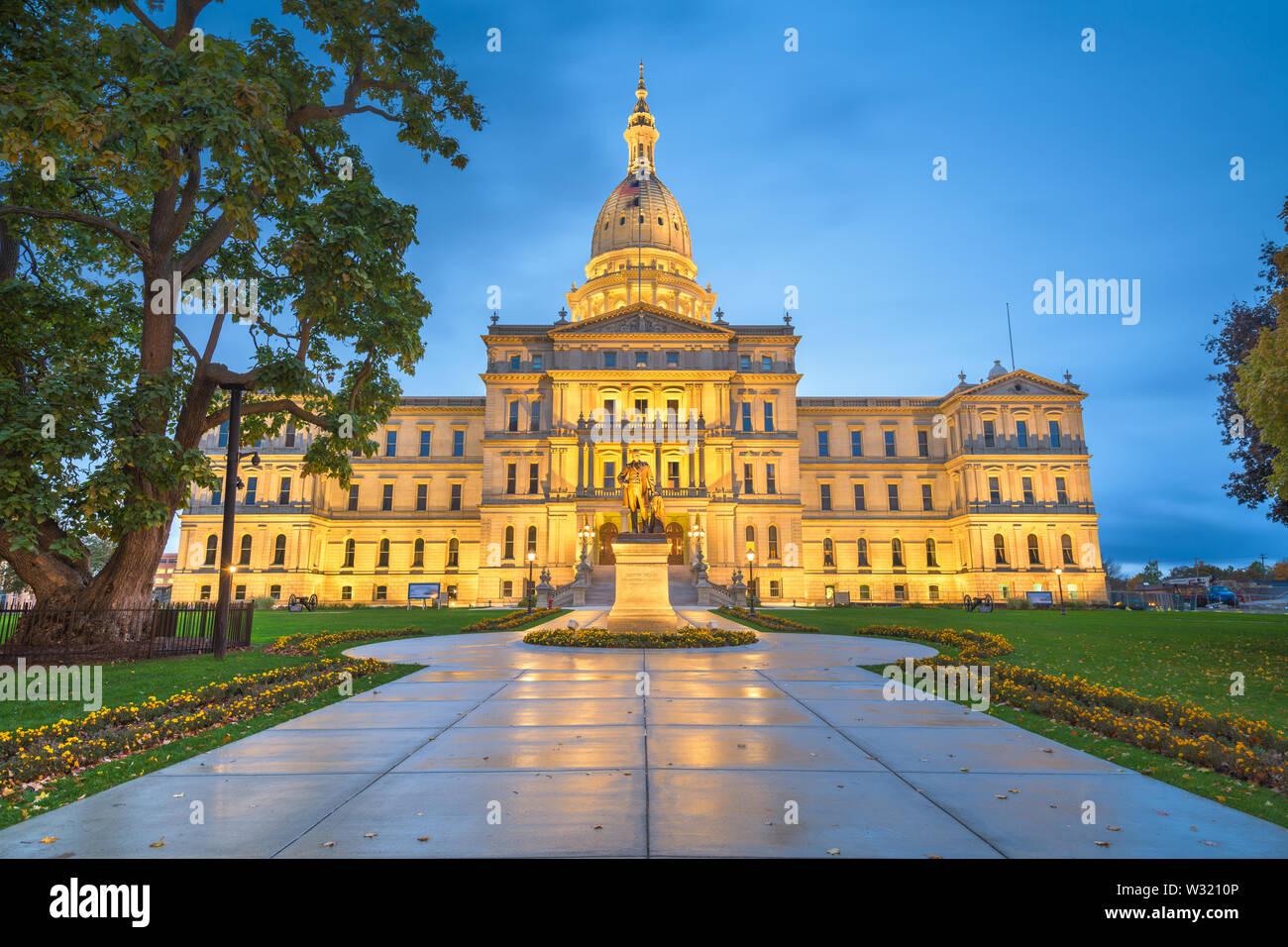 Lansing, Michigan, USA à la Michigan State Capitol lors d'une soirée humide. Banque D'Images