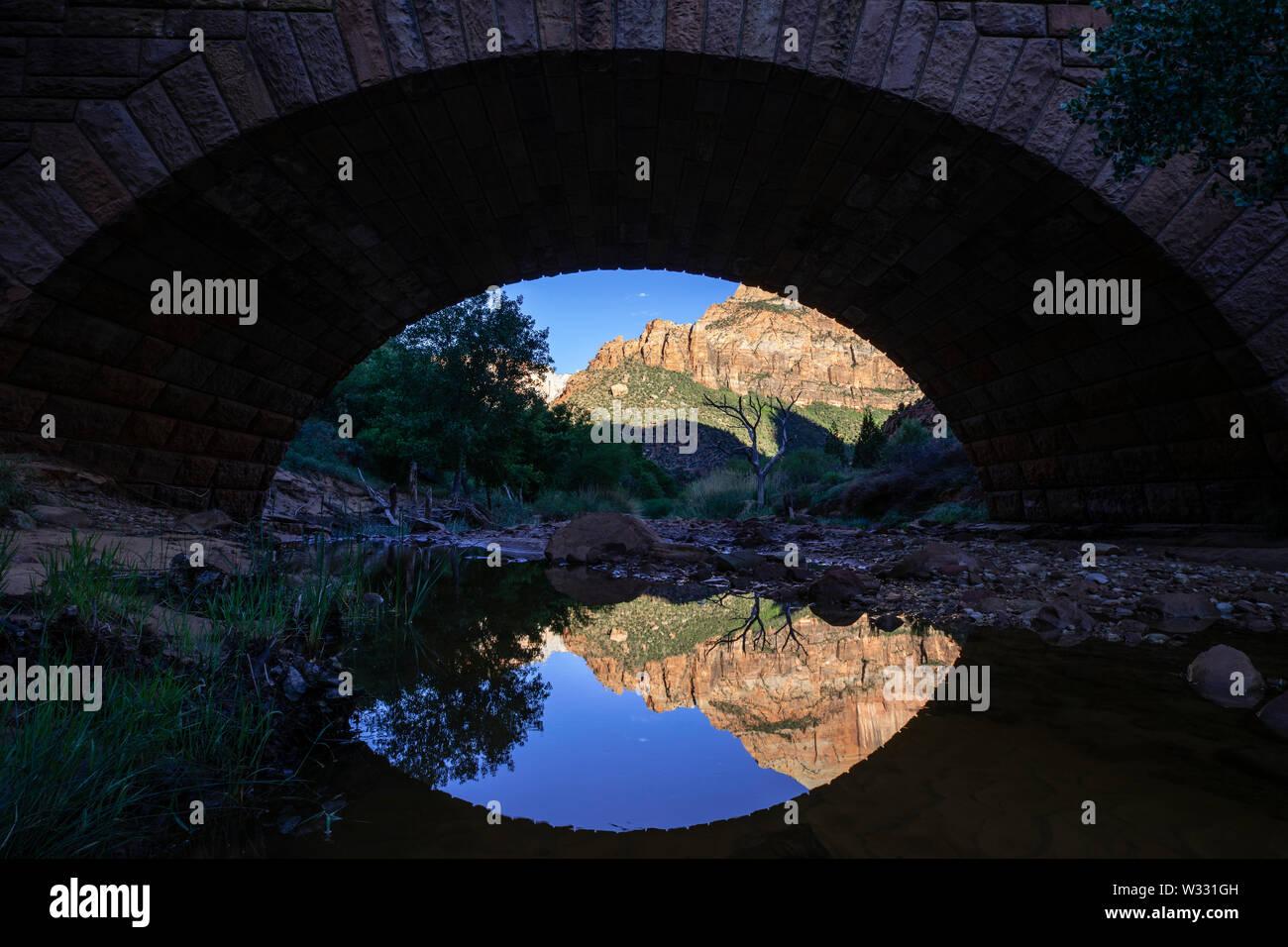 Réflexions sous le pont de la rivière vierge dans Zion National Park, Utah, United States of America Banque D'Images