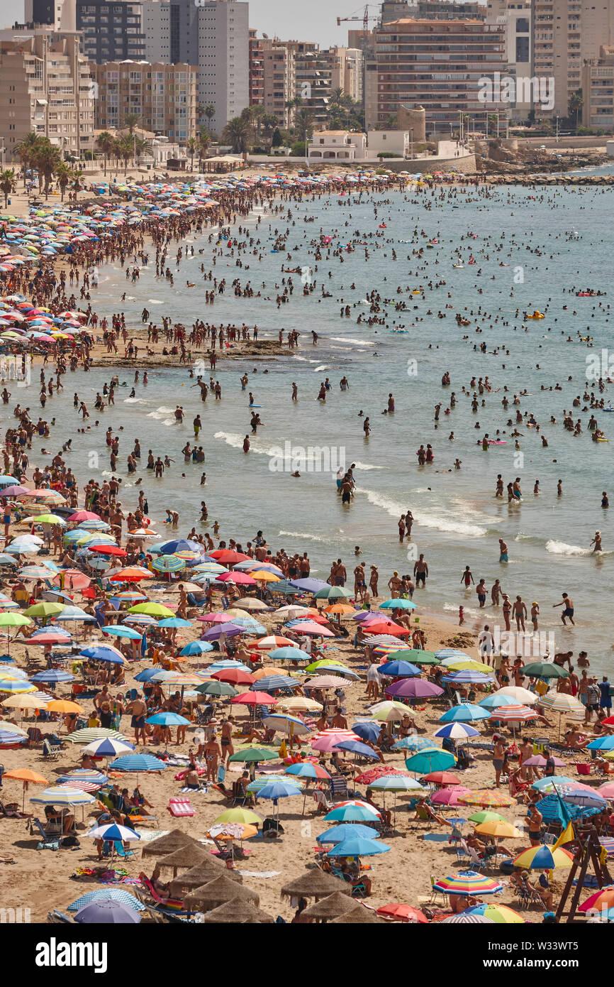La côte méditerranéenne en Espagne. La plage de Calpe. Foule d'été. Seascape Alicante Photo Stock