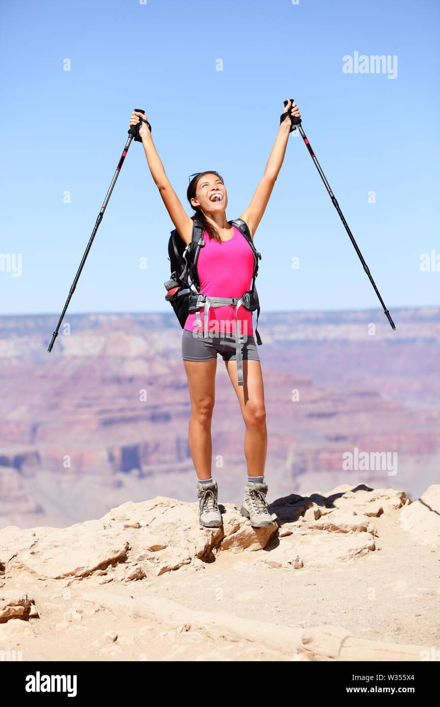 Lidia par Grand Canyon clameurs et de célébrer avec les bras levés en profitant de la magnifique paysage pittoresque. Sac à dos randonnée femme portant tenue et à l'extérieur. L'été à Grand Canyon, Arizona, USA Banque D'Images
