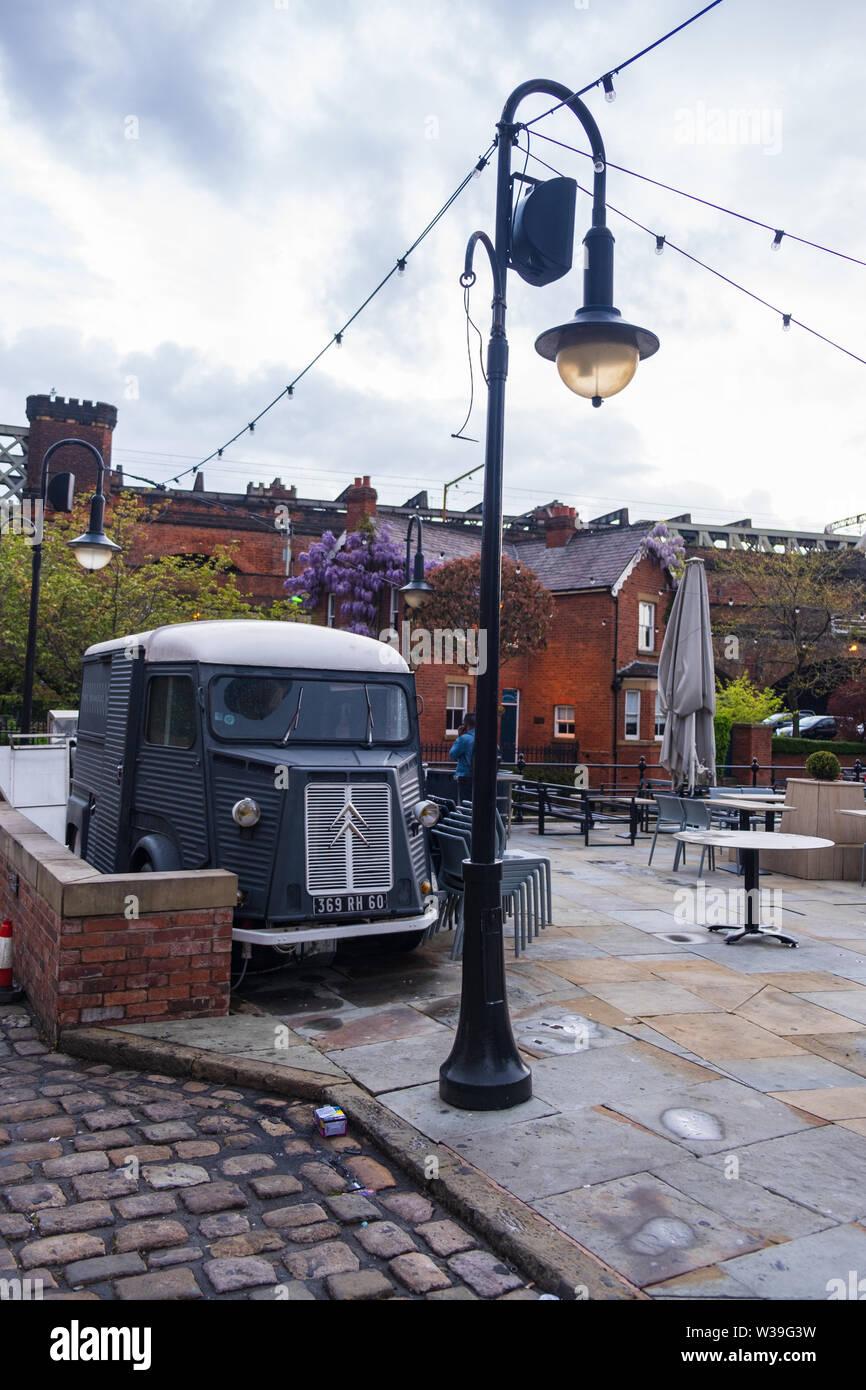 Manchester, Royaume-Uni - 25 Avril 2019: scène de l'atmosphère d'un classique Citroen H Van dans la région de Manchester Castlefield Banque D'Images
