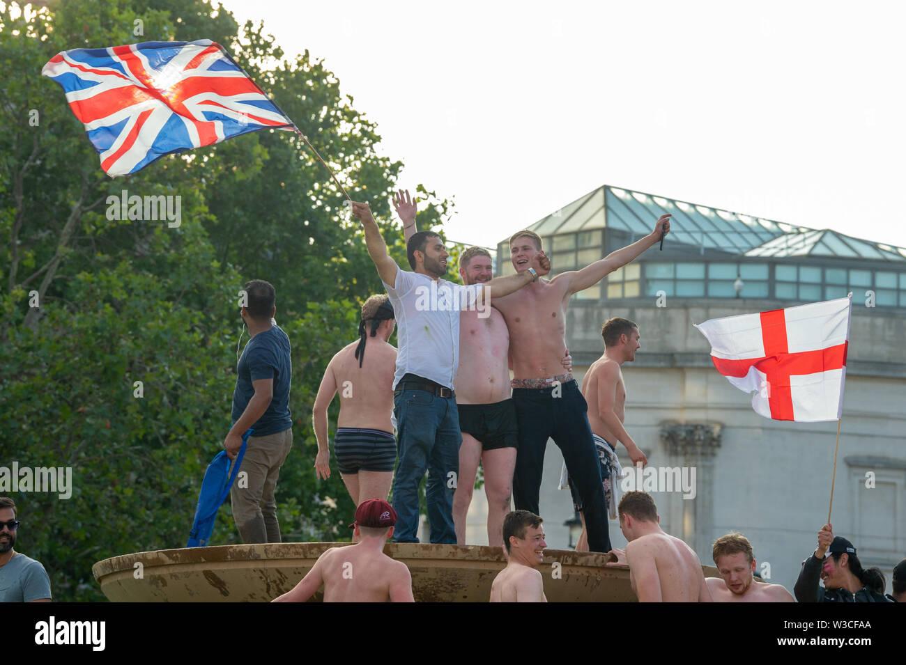 Londres, Royaume-Uni. 14 juillet 2019. Fans réunis à Trafalgar Square, au centre de Londres pour voir l'Angleterre gagner la Coupe du Monde de Cricket ICC 2019 contre la Nouvelle-Zélande. Crédit: Peter Manning/Alamy Live News Banque D'Images
