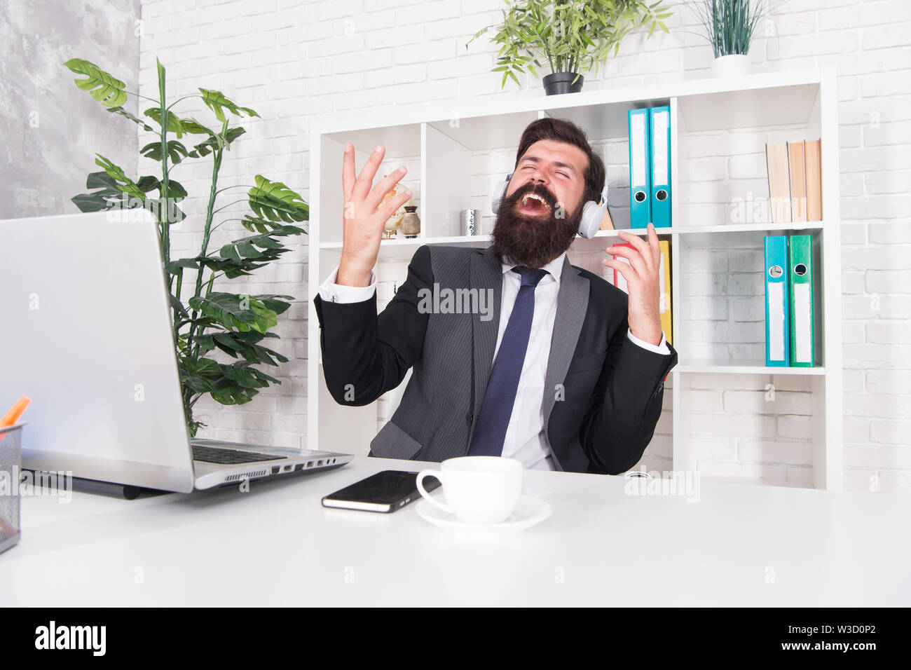 Agent d'assurance comptable détente avec musique préférée. Concept de la productivité. La bonne humeur et l'inspiration. La musique de motivation. Homme d'affaires prospère. Employé de bureau de l'homme musique écoute casque. Photo Stock