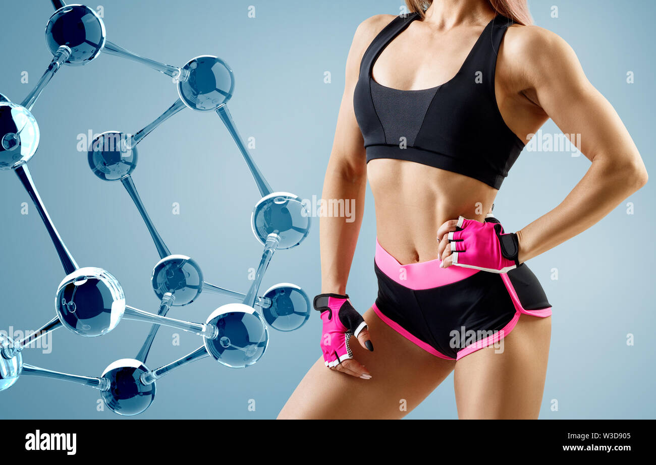 Athletic femme debout près de la chaîne de molécules de verre. Bon métabolisme concept. Photo Stock