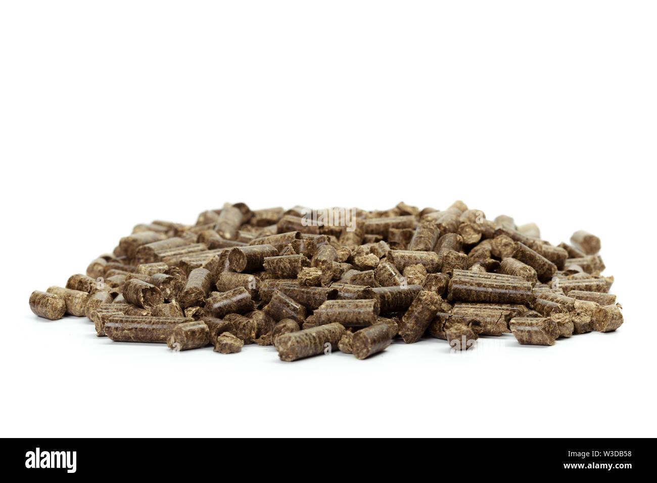 Pile de granulés de bois, fond blanc, isolé Photo Stock
