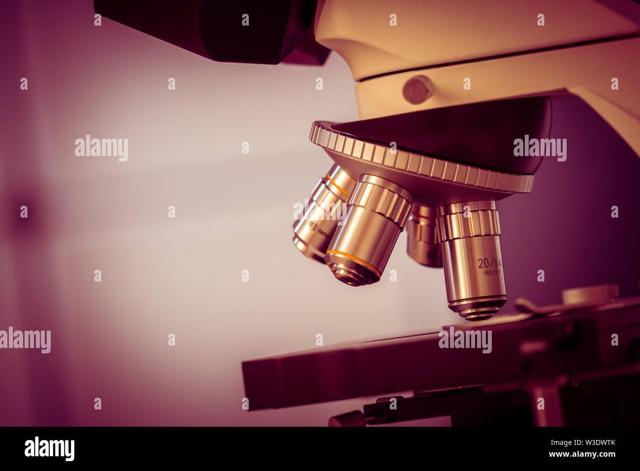 Expérience scientifique en laboratoire de microbiologie. Microscope et tube à essai Photo Stock