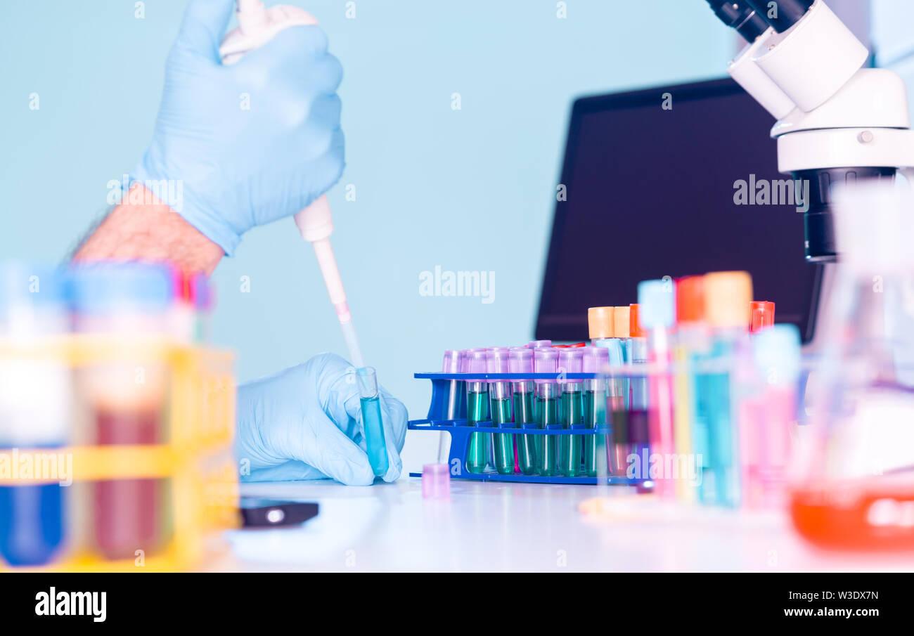 Laboratoire de recherche en génétique. Plaques PCR et les pipettes multicanaux Photo Stock