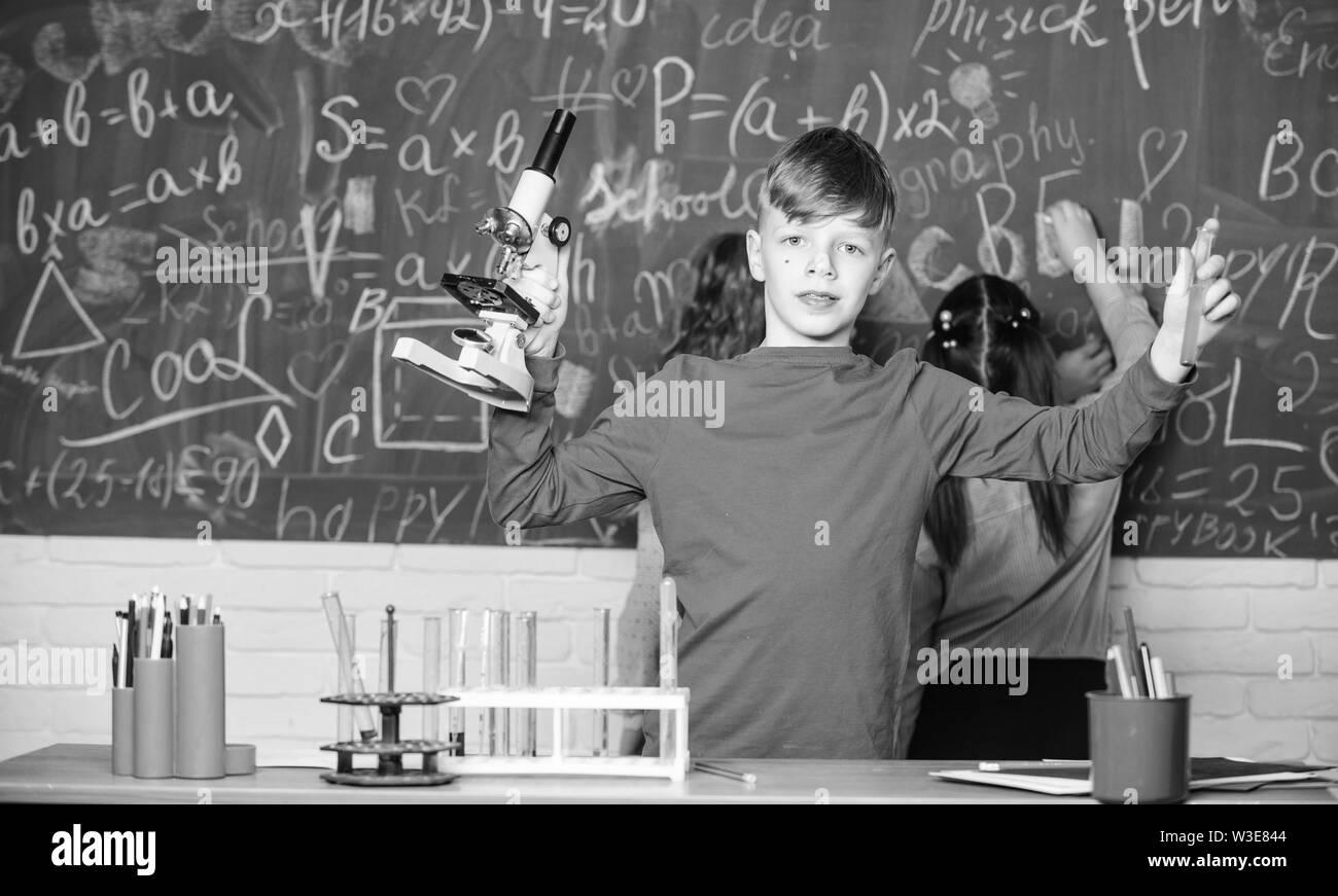 Petit garçon de laboratoire. La science de la chimie. expériences en biologie avec microscope. Les petits enfants qui gagne à l'école de chimie travaux pratiques. Peu d'enfants. La science. Student sur examen. Prêt à succès. Photo Stock