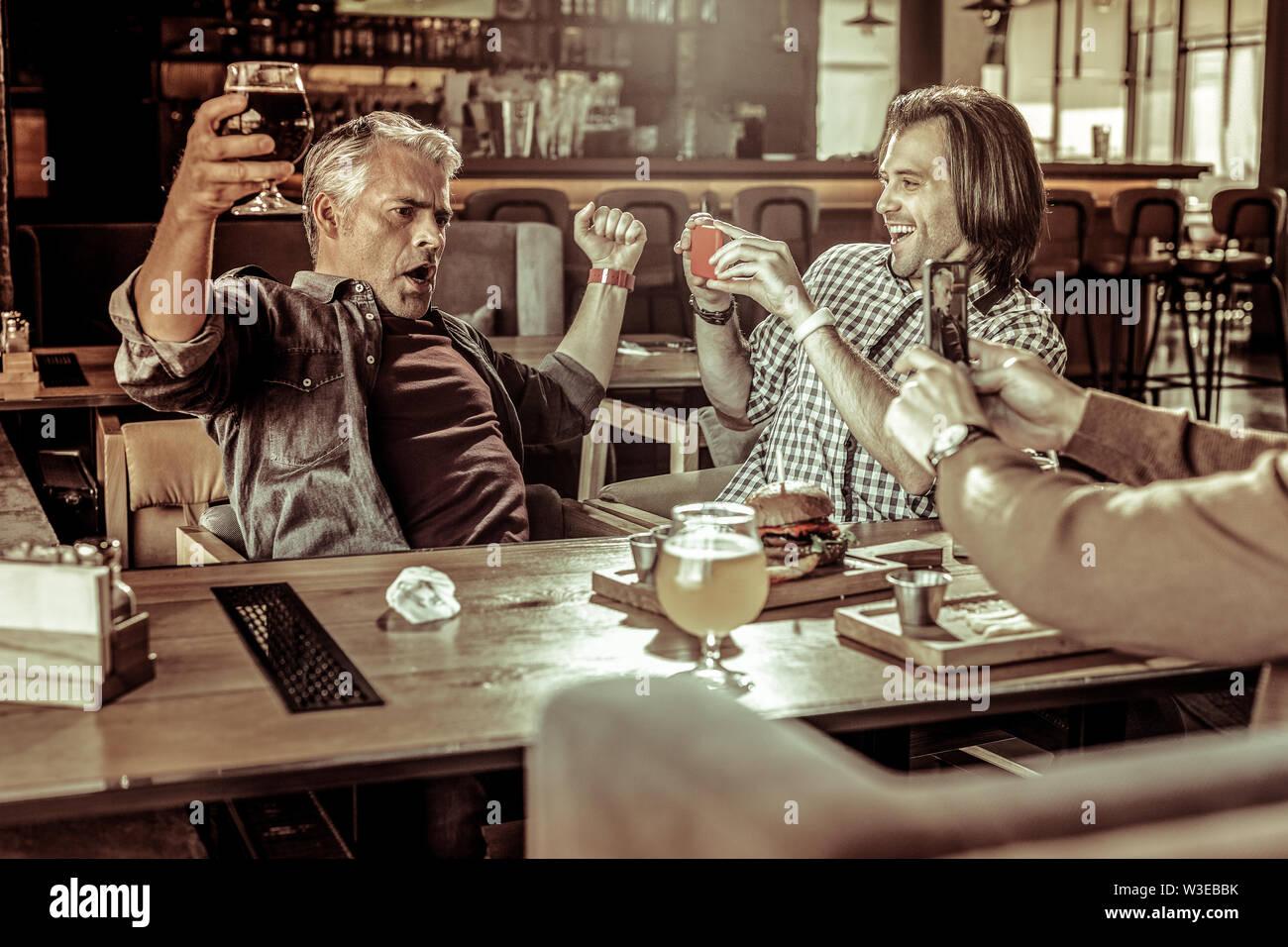 Personne de sexe masculin émotionnel démontrant sa mauvaise humeur Photo Stock