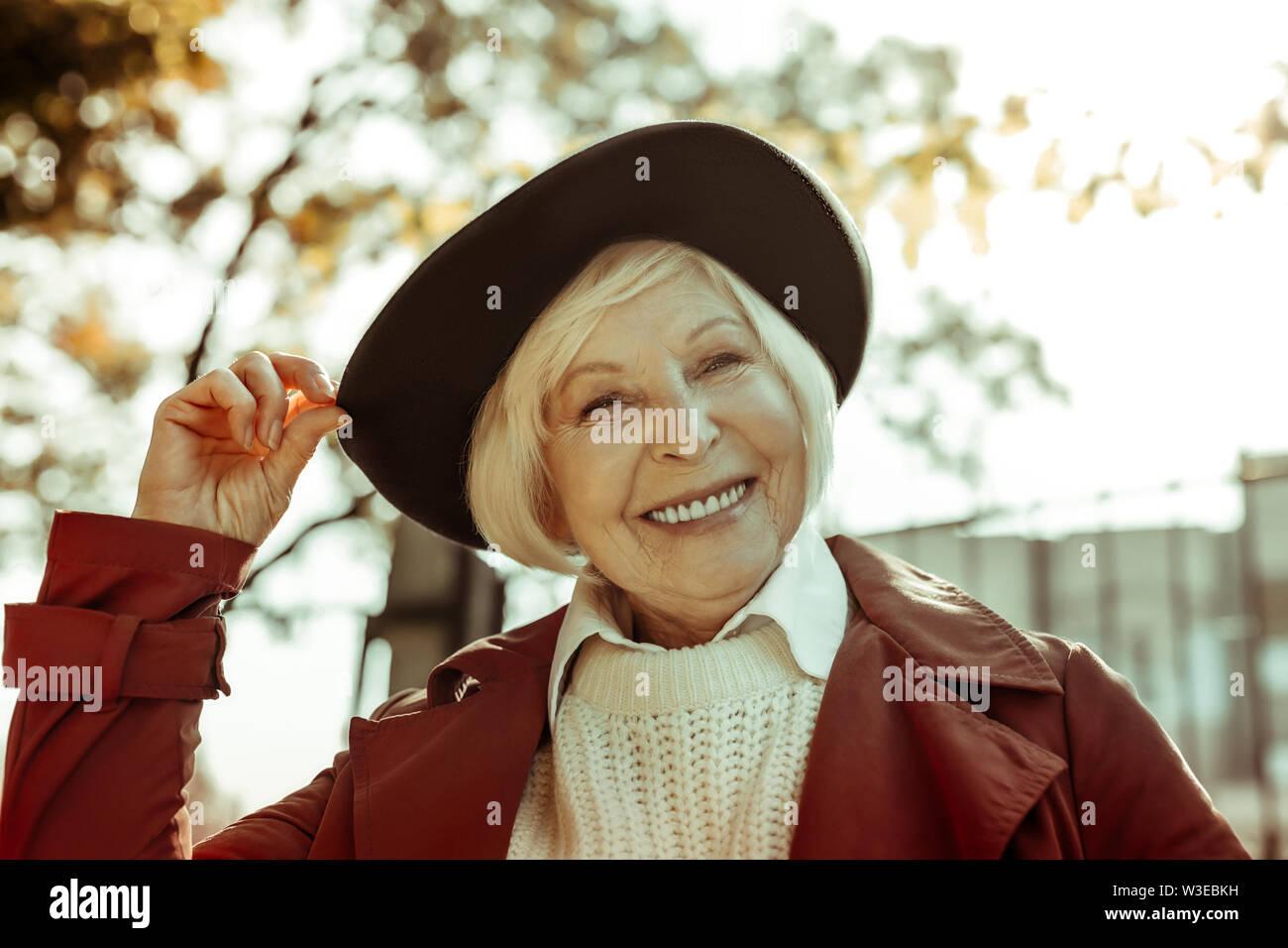 Heureux femme âgée de prendre une marche dans un parc. Photo Stock