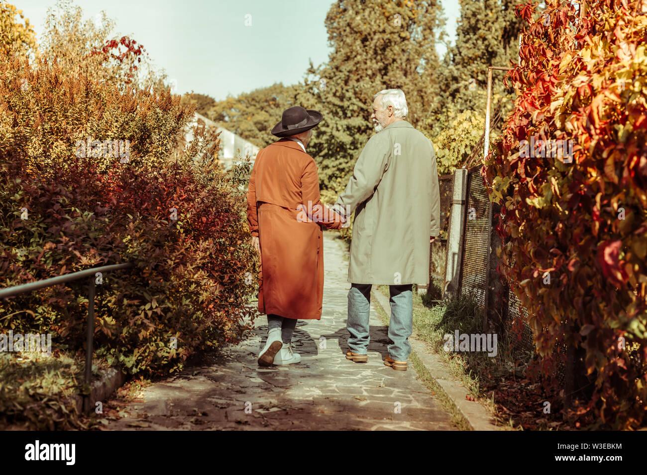 Couple dans un parc, se tenant la main. Photo Stock
