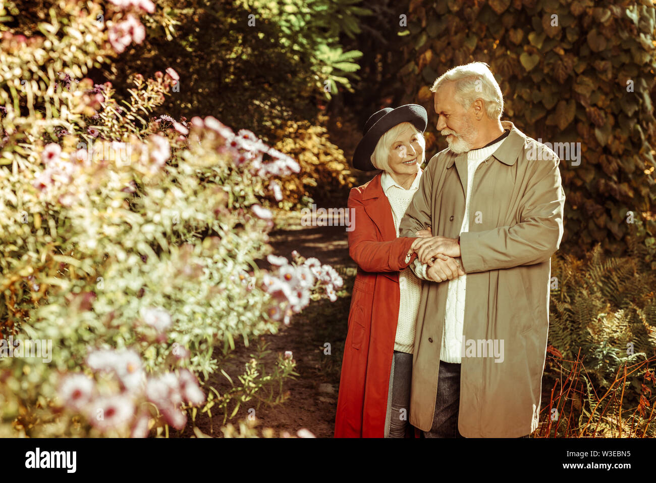 Vieux couple heureux de prendre une promenade ensemble. Photo Stock