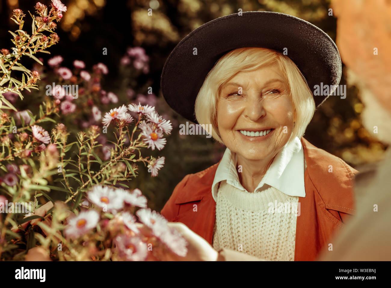 Belle femme âgée en souriant à son mari. Photo Stock