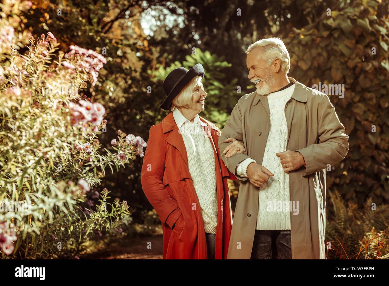Cheerful senior couple talking durant leur promenade. Photo Stock