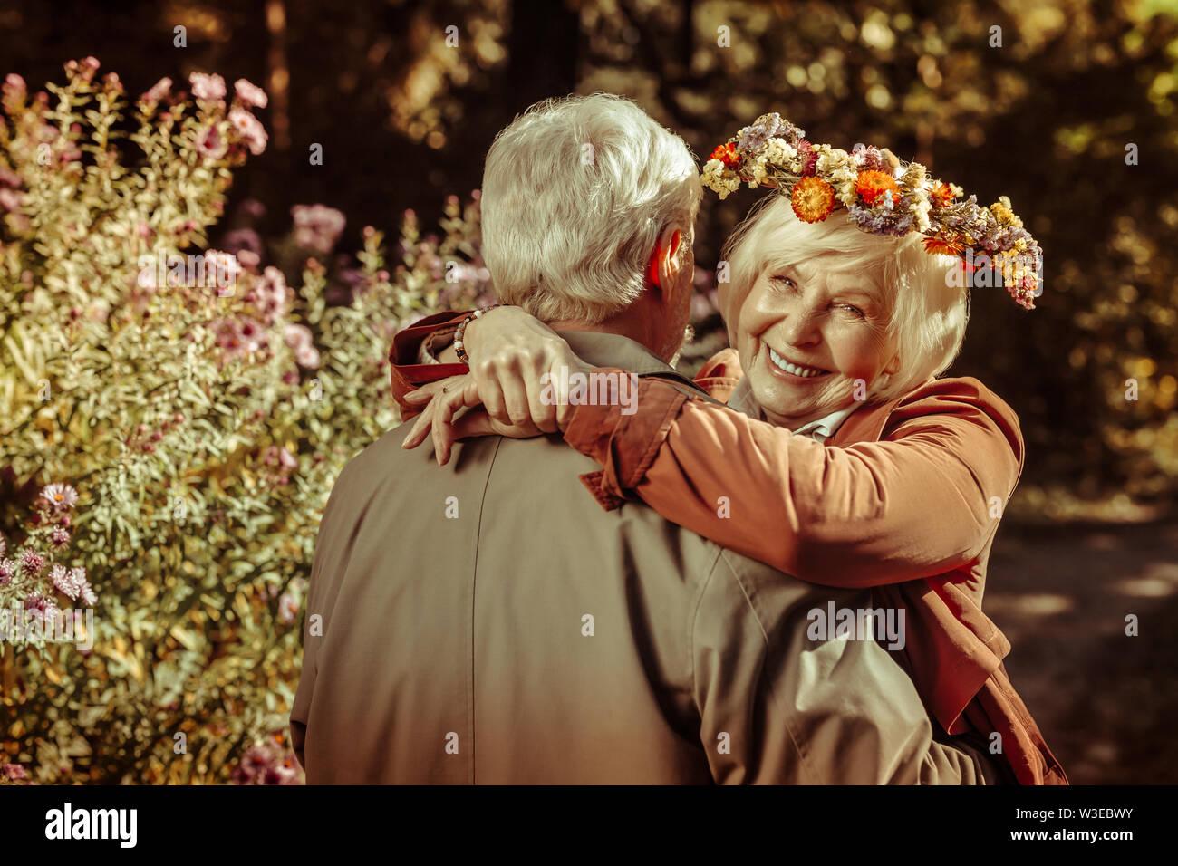 Deux professionnels seniors hugging pendant une date. Photo Stock