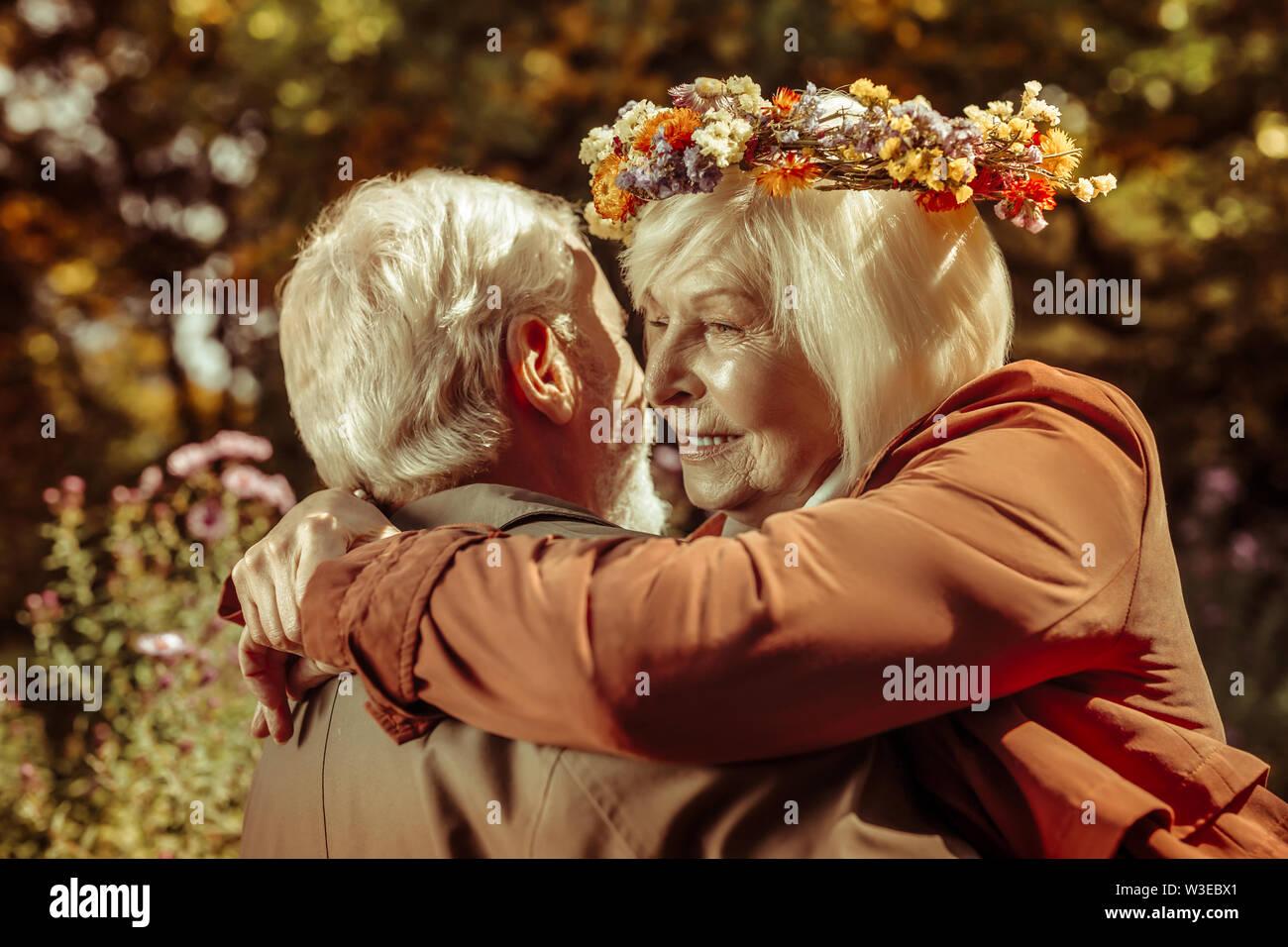Happy woman dans les bras de son mari. Photo Stock